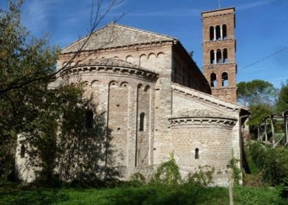 Visita guidata attraverso 2000 anni di storia: dall'insediamento romano alla presenza benedettina e guglielmita
